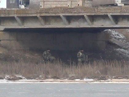 По информации ведомства, под опоры моста были заложены 42 ящика зелёного цвета, от которых тянулись провода к украинским блокпостам  // Пресс-служба Пограничного управления ФСБ России по Республике Крым