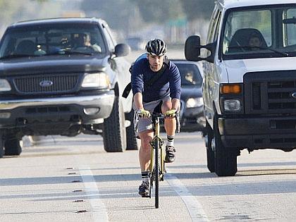 Велосипедист на дороге // Global Look