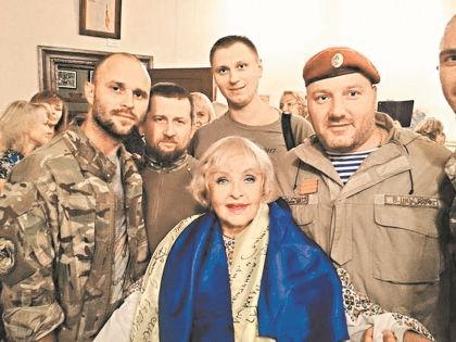 Ада Роговцева и солдаты украинской армии // Instagram