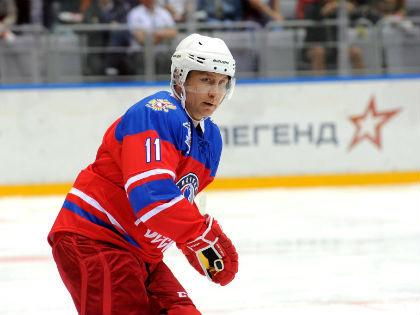 Владимир Путин во время гала-матча турнира Ночной хоккейной лиги // Kremlin.ru