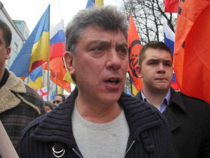 Жители Киева несут цветы к посольству РФ // Global Look Press