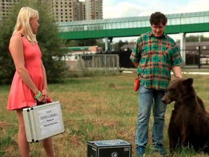 Любовь Бушуева и медведь // Кадр YouTube
