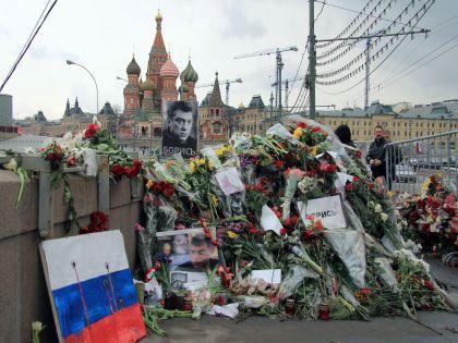 """Мужчины, """"наводившие порядок"""" на мосту, были одеты в чёрное // Global Look Press"""