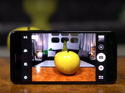 Камера новинки обладает двумя 12-мегапиксельными модулями, один из которых оснащается объективом с апертурой f/1.7 и фокусным расстоянием 25 мм, а второй — телефото на 59 мм // Стоп-кадр Youtube