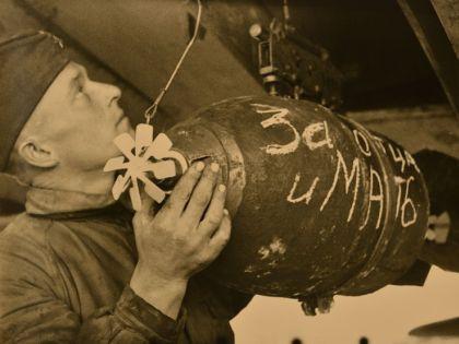 Подвеска авиабомбы. Украина, 1943 г.  // Анатолий Архипов