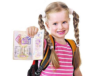 Девочка с загранпаспортом // Shutterstock