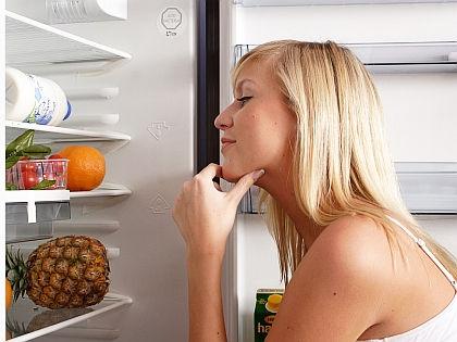 Женщина у холодильника // Global Look