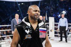 На бой Джонс вышел в куртке с двумя флагами, но российский был пришит выше американского