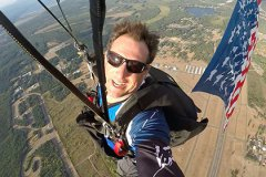 Парашютист Люк Айкинс собирается прыгнуть из самолета без страховки