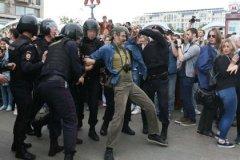 """""""Протестующие потихонечку начинают сопротивляться полиции"""""""