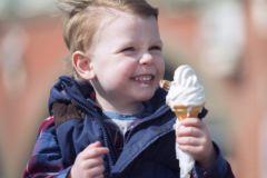 Ребенок с мороженым
