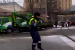 Полицейский веселил автомобилистов