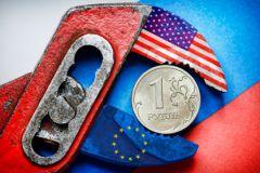 Рубль, зажатый плоскогубцами с символикой США и ЕС