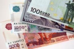 Евро и доллар растут шестые торги подряд.