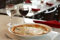 Итальянская пицца и красное вино