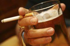 Использование электронных сигарет мешает людям бросить пить