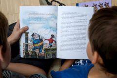 Чтение книг вслух помогает детям укреплять словарный запас и мыслительные навыки