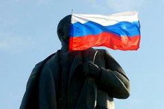 Участники флешмоба #намнужнорасстаться фотографируются с памятниками Ленина и призывают изгнать вождя из своей головы