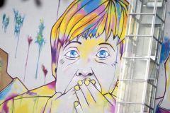 Никакой официальной информации о мирных предложениях Ангелы Меркель (на фото — граффити-карикатура на неё на одной из улиц Берлина) не поступало