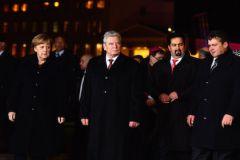 Политическая элита прошлась по закрытому переулку в окружении многочисленной охраны, которая и создавала видимость толпы для кадров на телевидении