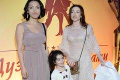 Актриса со своими дочерьми Александрой и Ксенией