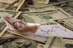 Аналитик советуют покупать доллары, а не евро
