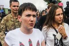 Олег Мезенцев (на заднем плане) Надежда Савченко и ее сестра Вера