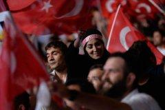 Протесты против военного переворота на площади Таксим в Стамбуле