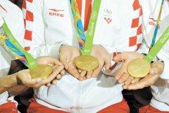 Согласно Олимпийской хартии, речь идет не только о формальном вычеркивании из списков, но и о фактическом возвращении награды