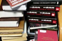 Обыски в Библиотеке украинской литературы прошли 28 октября (на фото изъятые книги)
