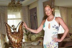 В доме много статуэток и картин с балеринами