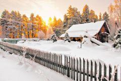 заснеженный домик в деревне