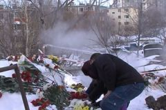 Жители города приносят цветы к месту трагедии
