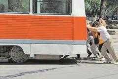 Пассажиры толкают трамвай в Саратове
