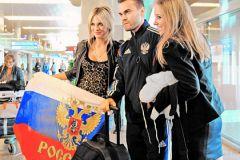 Игорь Акинфеев с поклонницами