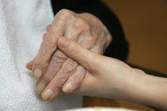 Возраст жертвы болезни Альцгеймера определяет первые симптомы болезни