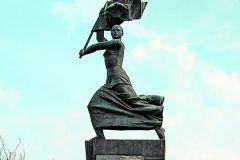 """Памятник """"Женщина с флагом"""" в городе Александров Владимирской области"""