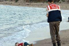 Мертвый ребенок-беженец на берегу Греции