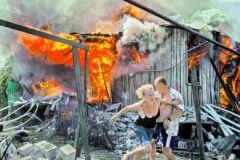 Горящий после авианалета дом в станице Луганской