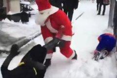 Пока чиновники наводят порядок в бюджетах, Деды Морозы наводят порядок на улицах российских городов