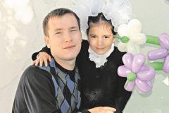 Виктор Царев со спасенной девочкой
