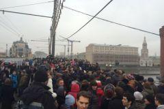 Стечение людей на Большом Москворецком мосту на месте убийства Бориса Немцова назавтра после преступления, 28 февраля