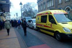Возле здания дежурит карета скорой помощи