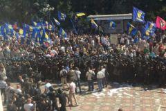 Среди митингующих около Рады — сторонники партии «Свобода» Олега Тягнибока