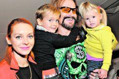 Никита Джигурда с женой и детьми