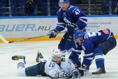 Никита Филатов (№20) в борьбе за шайбу с динамовцами