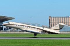 Самолет с регистрационным номером M-YOIL, приписанный к кипрской Никосии, но несколько месяцев простоявший в швейцарском Базеле, перебазировался наконец в Россию