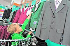 Мальчик в магазине школьной формы