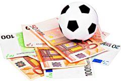 Футбольный мяч и деньги