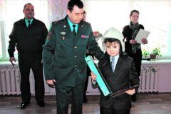 Маленький герой получает награду